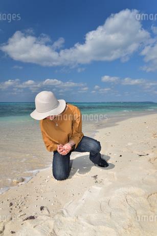 宮古島/来間島の長間浜ビーチでポートレート撮影の写真素材 [FYI01258085]
