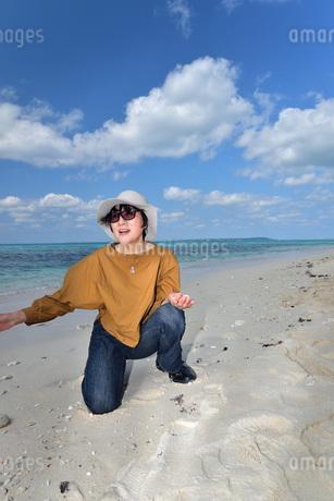 宮古島/来間島の長間浜ビーチでポートレート撮影の写真素材 [FYI01258086]