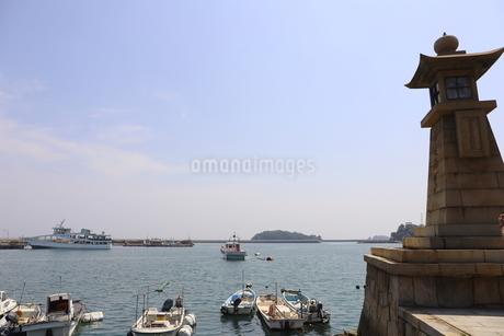 日本の広島県福山市鞆の浦の海と船の風景の写真素材 [FYI01258230]