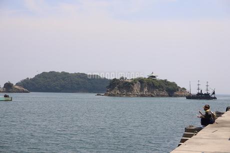 日本の広島県福山市鞆の浦の海と船の風景の写真素材 [FYI01258233]