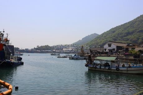 日本の広島県福山市鞆の浦の海と船の風景の写真素材 [FYI01258243]