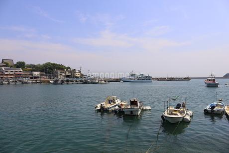 日本の広島県福山市鞆の浦の海と船の風景の写真素材 [FYI01258248]
