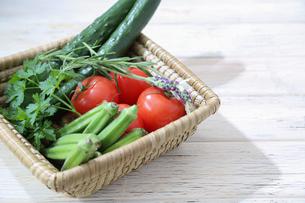様々な野菜が入ったカゴの写真素材 [FYI01258278]