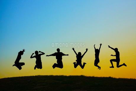若者のジャンプイメージの写真素材 [FYI01258460]