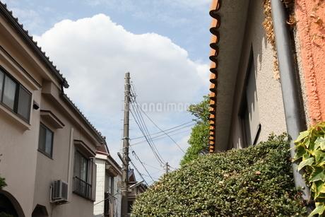 空と雲と屋根の写真素材 [FYI01258485]