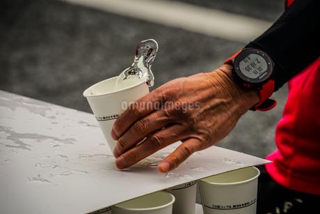 マラソンの給水所の写真素材 [FYI01258529]