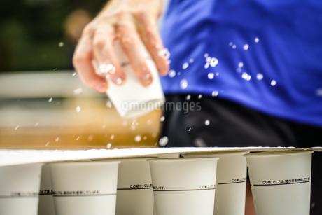 マラソンの給水所の写真素材 [FYI01258534]