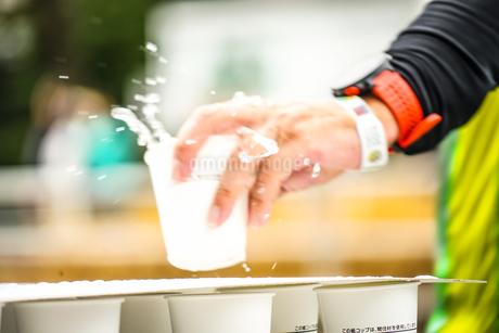 マラソンの給水所の写真素材 [FYI01258535]