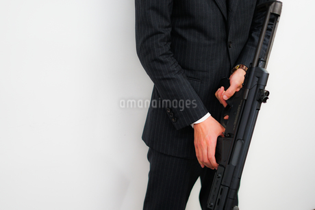 マシンガンを持つ戦うビジネスマンの写真素材 [FYI01258563]