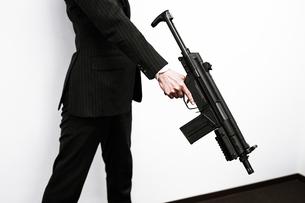 マシンガンを持つ戦うビジネスマンの写真素材 [FYI01258567]