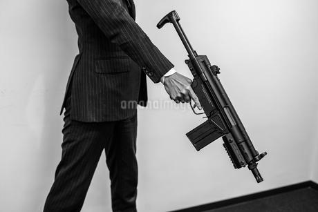 マシンガンを持つ戦うビジネスマンの写真素材 [FYI01258568]