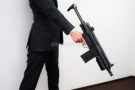 マシンガンを持つ戦うビジネスマンの写真素材 [FYI01258569]