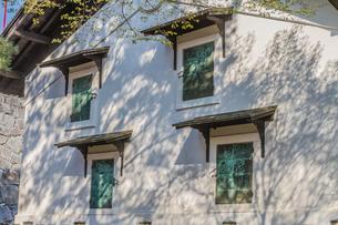 春の盛岡城の土蔵の風景の写真素材 [FYI01258620]