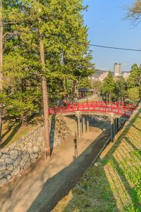 春の盛岡城の御廊下橋の風景の写真素材 [FYI01258689]