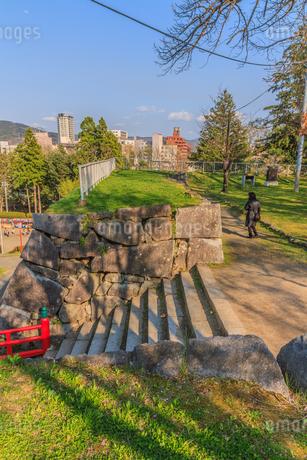 春の盛岡城の御廊下橋の風景の写真素材 [FYI01258691]
