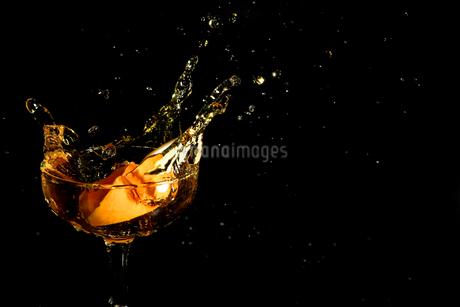 グラスの中のスプラッシュの写真素材 [FYI01258727]