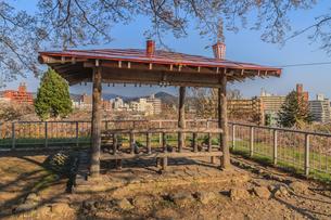 春の盛岡城跡の凌雲亭の風景の写真素材 [FYI01258735]