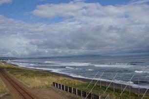 JR釧網本線の風景(オホーツク海)の写真素材 [FYI01258791]