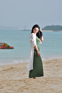 宮古島/前浜ビーチでポートレート撮影の写真素材 [FYI01258869]