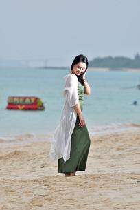宮古島/前浜ビーチでポートレート撮影の写真素材 [FYI01258870]