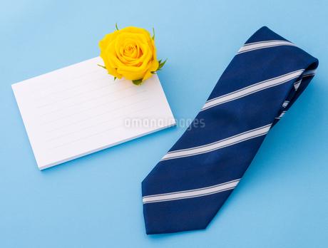 メッセージカードとネクタイの写真素材 [FYI01259140]