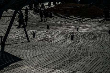 大さん橋のウッドデッキと人々のシルエットの写真素材 [FYI01259218]