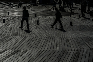 大さん橋のウッドデッキと人々のシルエットの写真素材 [FYI01259219]