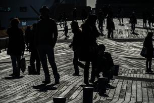 大さん橋のウッドデッキと人々のシルエットの写真素材 [FYI01259222]