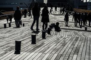 大さん橋のウッドデッキと人々のシルエットの写真素材 [FYI01259223]