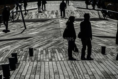 大さん橋のウッドデッキと人々のシルエットの写真素材 [FYI01259224]
