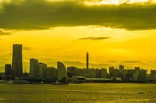 横浜スカイウォークから見える横浜みなとみらいの夕景の写真素材 [FYI01259285]