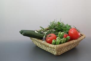 様々な野菜が入ったカゴの写真素材 [FYI01259288]