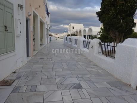 サントリーニ島 イアの朝の街 santorini oiaの写真素材 [FYI01259421]