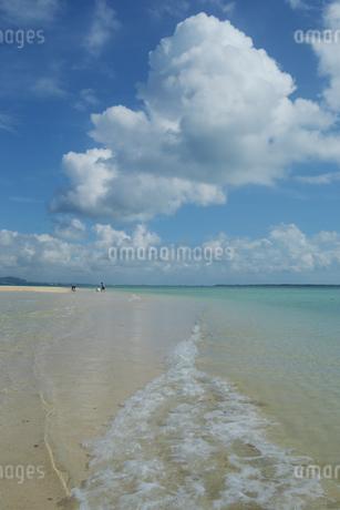 遠浅の砂浜と青空に雲が広がり遊ぶの写真素材 [FYI01259585]