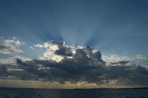 雲に隠れる太陽と薄明光線の写真素材 [FYI01259597]