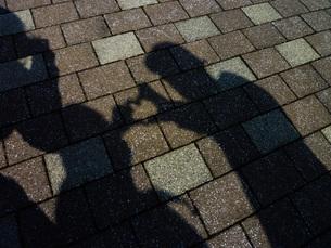 家族でハートの影絵の写真素材 [FYI01259627]