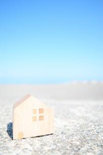 海とミニチュアの家の写真素材 [FYI01259674]