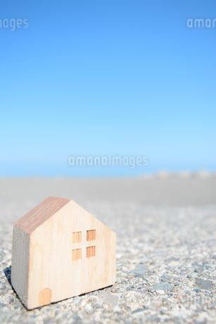 海とミニチュアの家の写真素材 [FYI01259677]