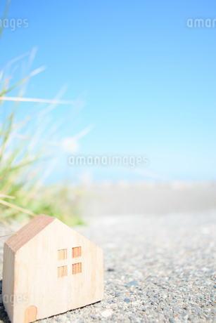 海とミニチュアの家の写真素材 [FYI01259680]