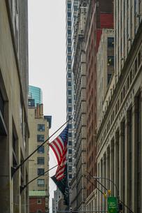 ニューヨーク・ウォール街と星条旗の写真素材 [FYI01259750]