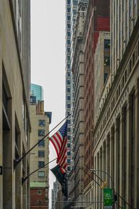 ニューヨーク・ウォール街と星条旗の写真素材 [FYI01259752]