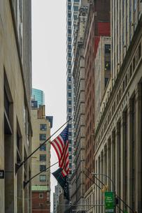 ニューヨーク・ウォール街と星条旗の写真素材 [FYI01259753]