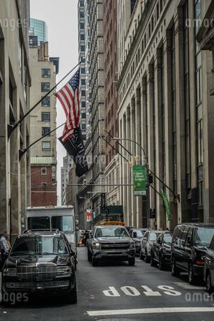 ニューヨーク・ウォール街と星条旗の写真素材 [FYI01259754]