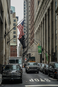 ニューヨーク・ウォール街と星条旗の写真素材 [FYI01259755]
