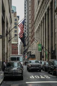 ニューヨーク・ウォール街と星条旗の写真素材 [FYI01259756]
