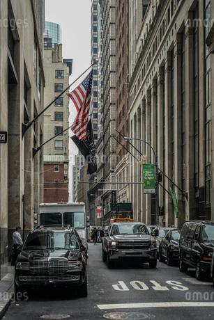 ニューヨーク・ウォール街と星条旗の写真素材 [FYI01259757]