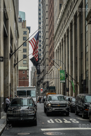 ニューヨーク・ウォール街と星条旗の写真素材 [FYI01259758]