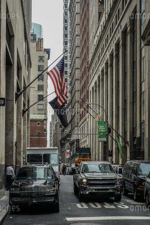 ニューヨーク・ウォール街と星条旗の写真素材 [FYI01259759]