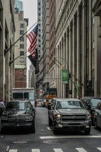 ニューヨーク・ウォール街と星条旗の写真素材 [FYI01259760]