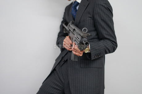 マシンガンを持つ戦うビジネスマンの写真素材 [FYI01259792]